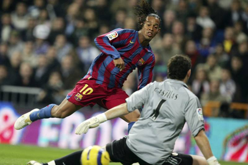 0b946bf0e9a Barcelona s Ronaldinho Gets Real Madrid Ovation in Clasico for the Ages