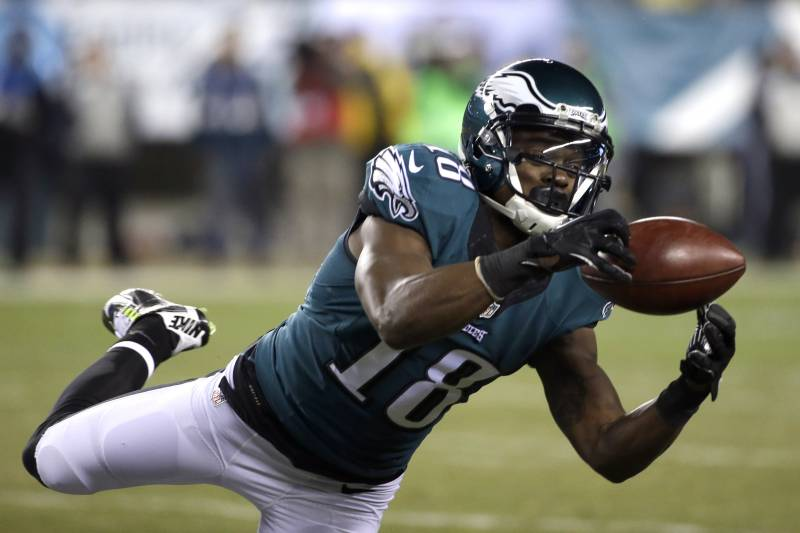45eeeb749c5 Philadelphia Eagles' Jeremy Maclin pulls in a pass during the second half  of an NFL