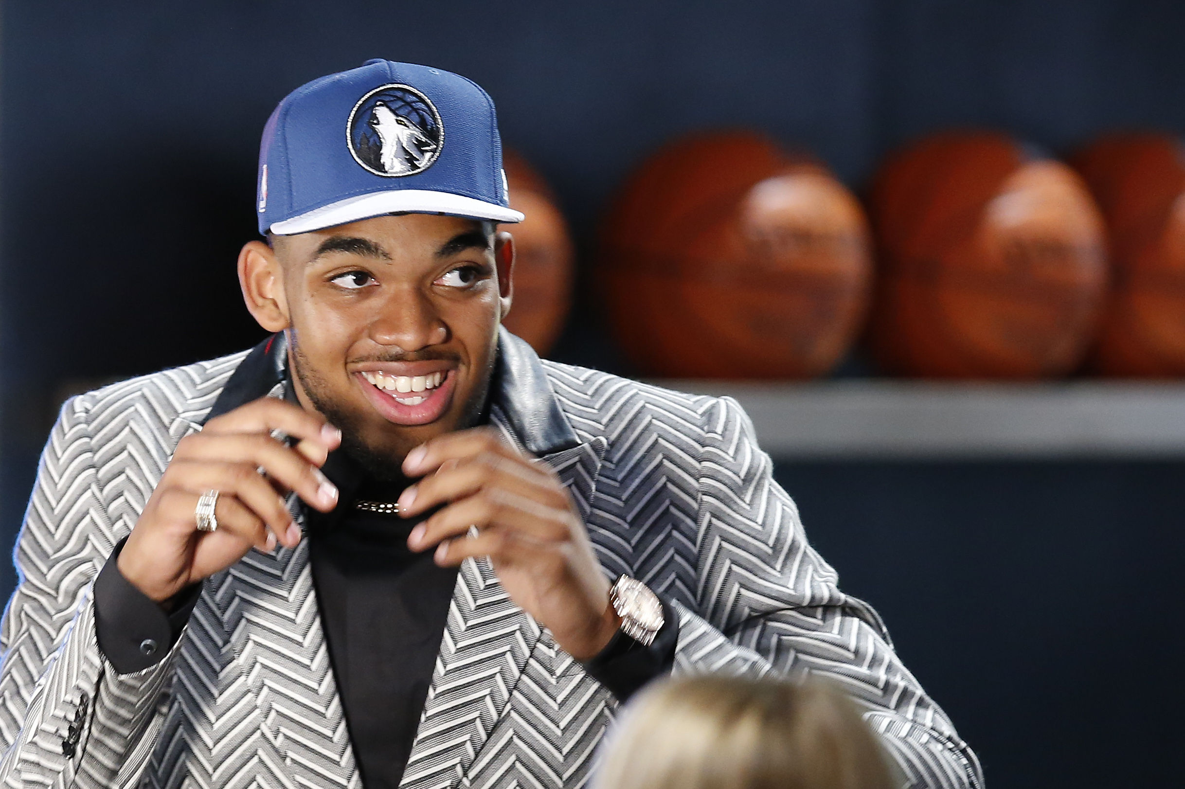 cola acantilado población  Karl-Anthony Towns, D'Angelo Russell Sign Contracts with Nike | Bleacher  Report | Latest News, Videos and Highlights