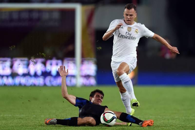 c43aabcc46a Real Madrid s Russian midfielder Denis Cheryshev (R) and Inter s Croatians  midfielder Mateo Kovacic vie