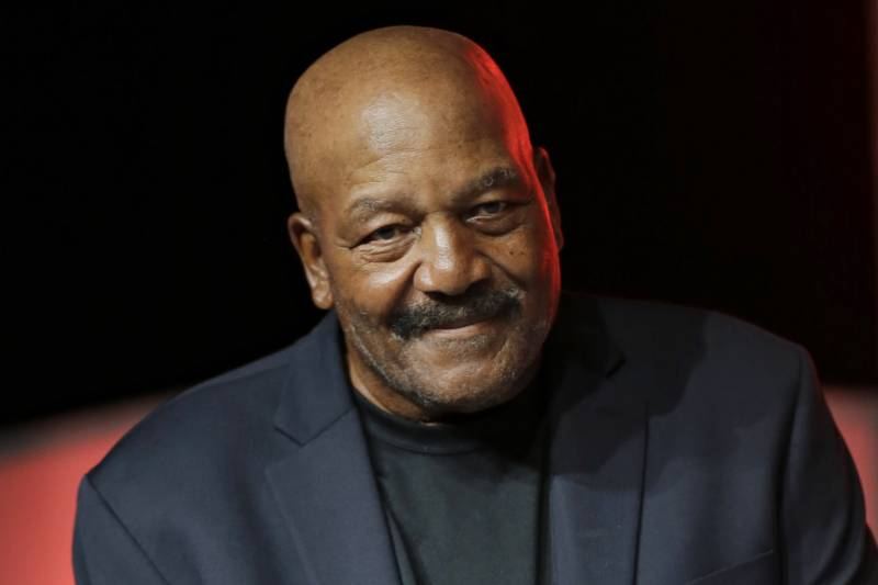 ed862caa1fa Jim Brown Says LeBron James Deserves Statue in Cleveland