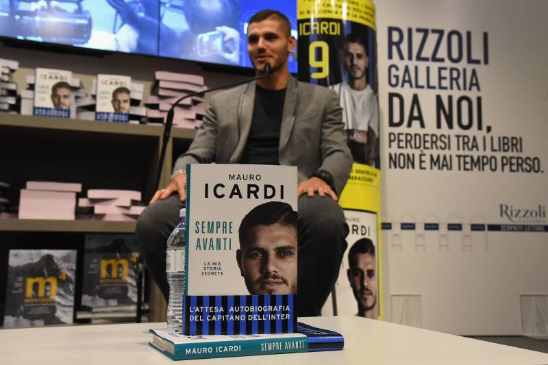 MILAN, ITALY - OCTOBER 10: FC Internazionale Player Mauro Icardi Presents His Book 'Sempre Avanti' on October 10, 2016 in Milan, Italy. (Photo by Claudio Villa/Getty Images)