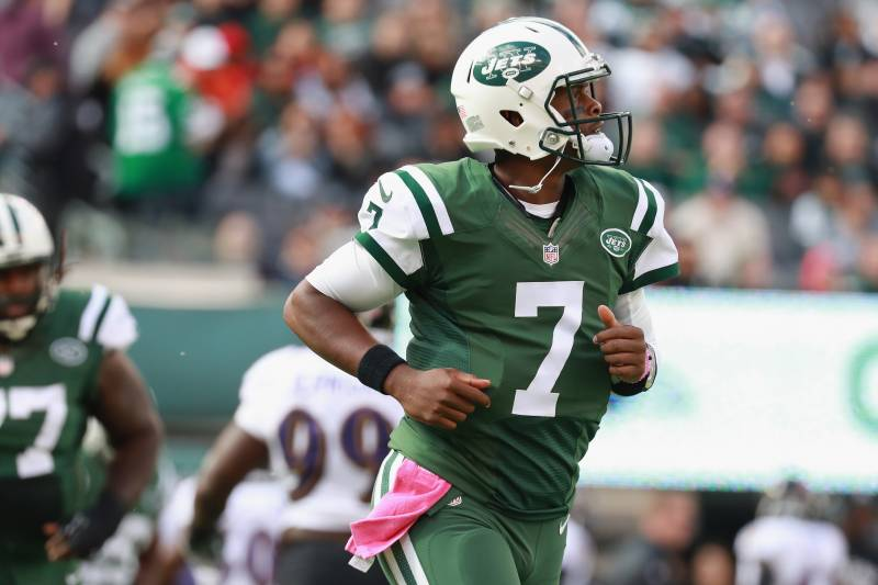 bdac94256be EAST RUTHERFORD, NJ - OCTOBER 23: Quarterback Geno Smith #7 of the New