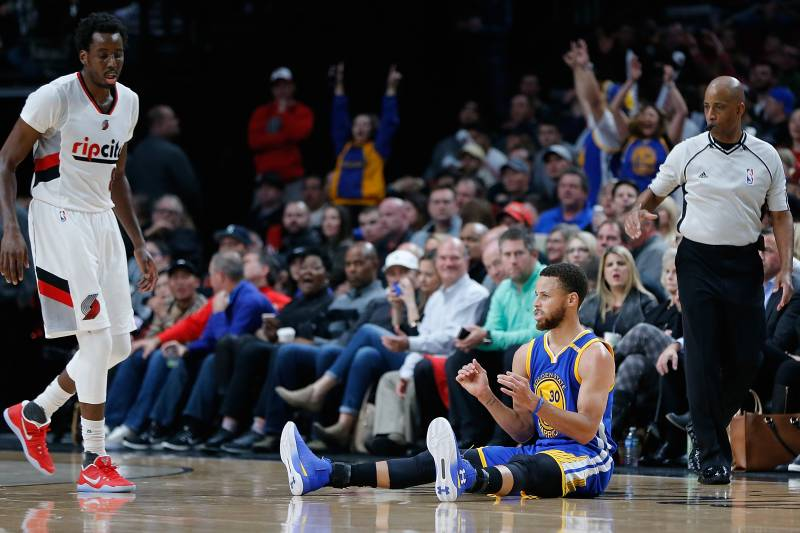 2c09f623584a Stephen Curry Shimmies After Drilling 3-Pointer over Al-Farouq Aminu ...