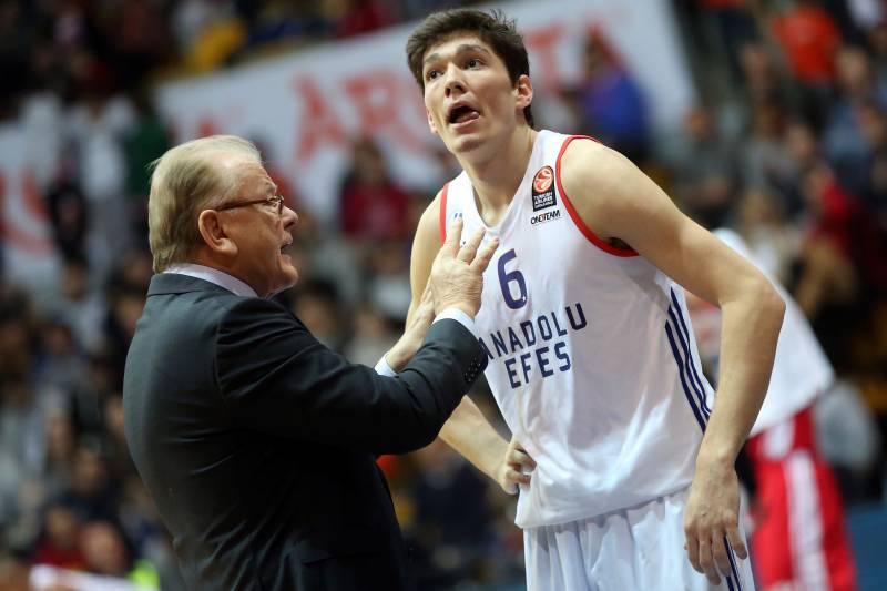 eb8c6f561c9 Anadolu Efes' coach Dusan Ivankovic (L) speaks to Cedi Osman during the  Euroleague