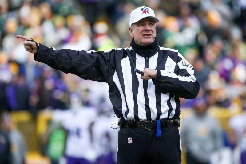 96f4023f2 GREEN BAY, WI - DECEMBER 24: Referee Jeff Triplette #42 calls a penalty