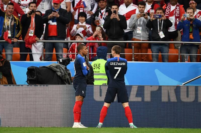 7c1cd132e4b3 France's forward Kylian Mbappe (L) celebrates with teammate France's  forward Antoine Griezmann after scoring