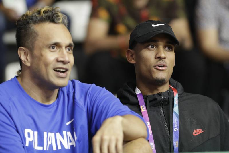 8ebcbe36b0d Filipino-American NBA player Jordan Clarkson, right, watches with  Philippines' Pauliasi Taulava
