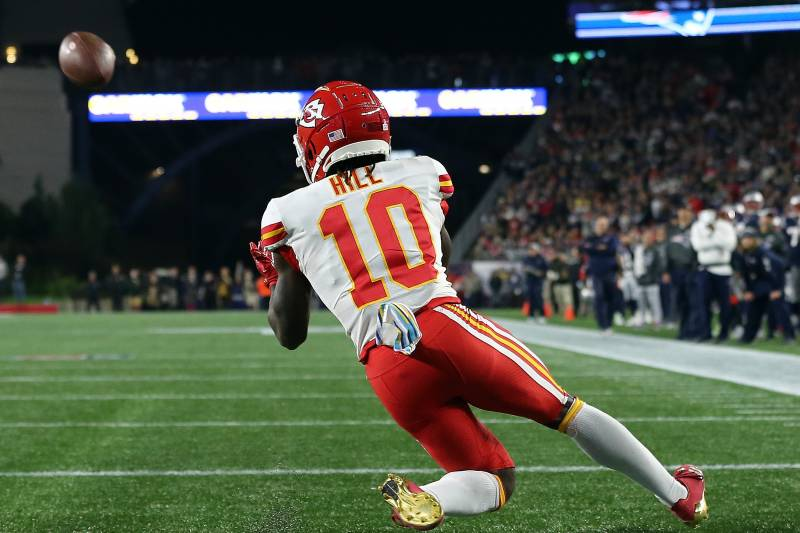 02ed898c Patriots Ban Fan Who Threw Beer on Tyreek Hill, Give Information to ...