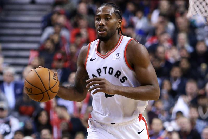 7b5cb83000b TORONTO, ON - OCTOBER 19: Kawhi Leonard #2 of the Toronto Raptors dribbles