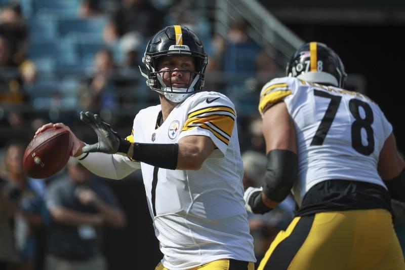 afbefc6dcac JACKSONVILLE, FL - NOVEMBER 18: Ben Roethlisberger #7 of the Pittsburgh  Steelers drops