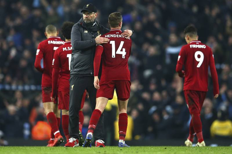 d54543b85 Liverpool s coach Juergen Klopp speaks to his player after his team lost  the English Premier League