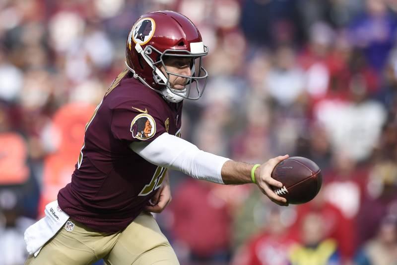 b2b4624325c LANDOVER, MD - NOVEMBER 18: Alex Smith #11 of the Washington Redskins hands