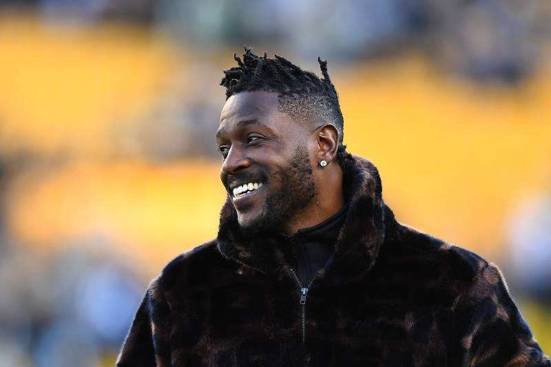 0bfb7b23526 PITTSBURGH, PA - DECEMBER 30: Antonio Brown #84 of the Pittsburgh Steelers  looks