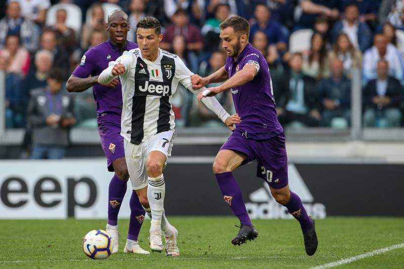 TURIN, ITALY - APRIL 20: German Pezzella of ACF Fiorentina challenges Cristiano Ronaldo of Juventus during the Serie A match between Juventus and ACF Fiorentina on April 20, 2019 in Turin, Italy. (Photo by Giampiero Sposito/Getty Images)