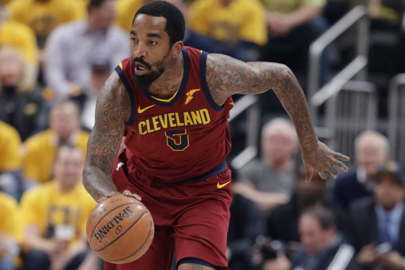 Cleveland Cavaliers' JR Smith dribbles during the first half of game 3 of an NBA basketball playoff series in the first round against the Indiana Pacers, Friday April 20, 2018, in Indianapolis. (Photo AP / Darron Cummings)