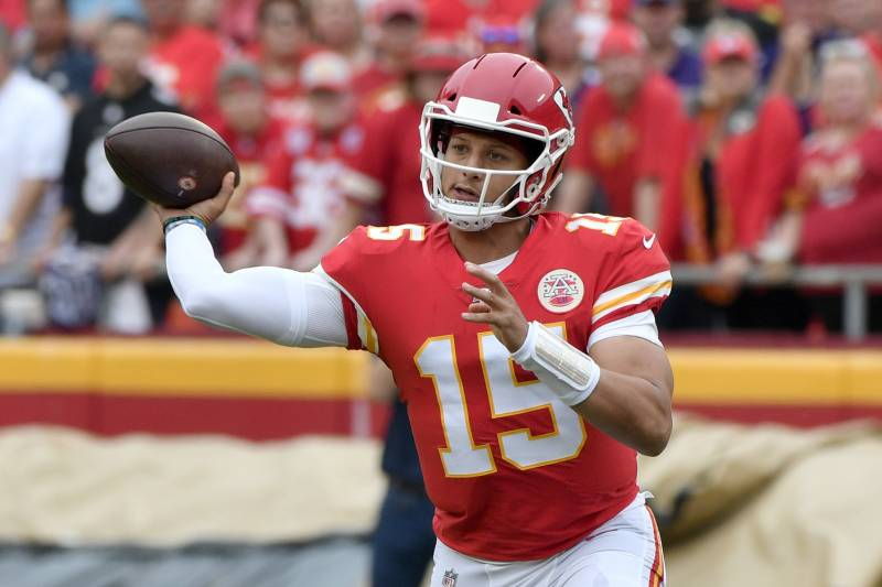 newest 8cd28 96cff Patrick Mahomes Outduels Lamar Jackson as Chiefs Win 33-28 ...