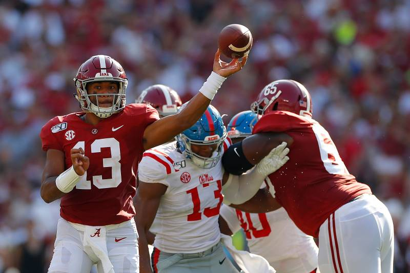 TUSCALOOSA, ALABAMA - 28 SEPTEMBRE: Tua Tagovailoa # 13 de l'Alabama Crimson Tide échappe à la poche alors qu'il cherche à passer contre les rebelles du Mississippi au stade Bryant-Denny le 28 septembre 2019 à Tuscaloosa, Alabama. (Photo par Kevin C. Cox / Getty Images)