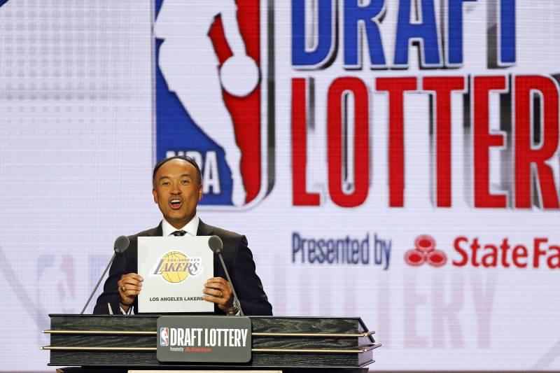 Deputi Komisioner NBA Mark Tatum mengumumkan bahwa Los Angeles Lakers telah memenangkan pemilihan keempat selama lotere basket NBA Selasa, 14 Mei 2019, di Chicago. (Foto AP / Nuccio DiNuzzo)