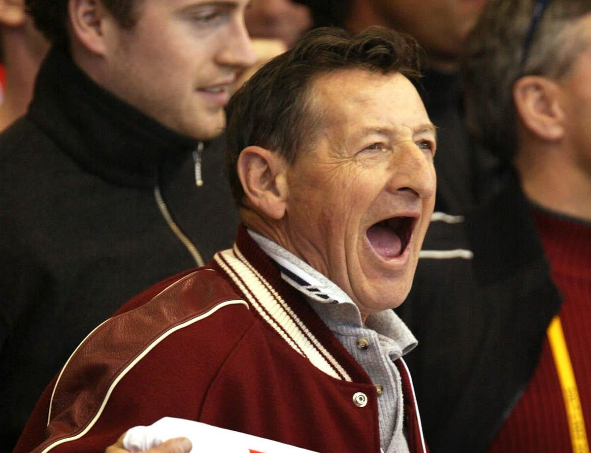 <p>Video: Brantford Residents Tap Hockey Sticks to Honor Wayne Gretzky's Dad Walter thumbnail